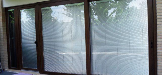 Tenda veneziana all'interno del vetro. Pratica e Funzionale