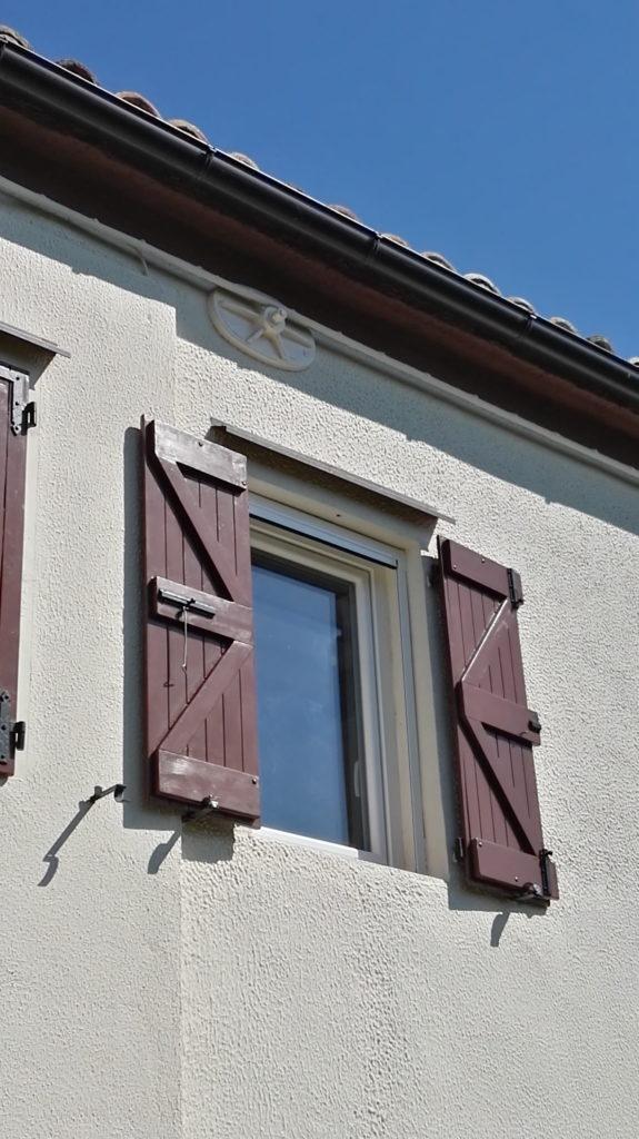 Finestra in PVC colore bianco con zanzariera apertura verticale